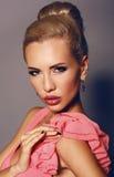Portrait de femme sexy avec les cheveux blonds et le maquillage lumineux Image libre de droits
