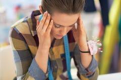 Portrait de femme soumise à une contrainte de tailleur au travail Image libre de droits