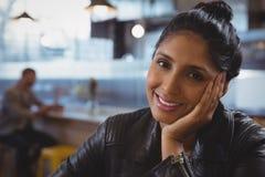 Portrait de femme de sourire avec l'ami à l'arrière-plan Photographie stock libre de droits