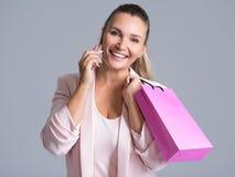 Portrait de femme de sourire heureuse avec le sac rose qui parle d'heure du matin photographie stock libre de droits