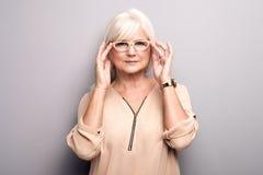 Portrait de femme supérieure dans des lunettes Image libre de droits