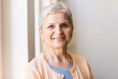 Portrait de femme supérieure grise de sourire heureuse photos stock