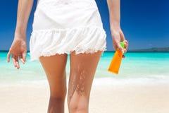 Portrait de femme tenant la crème de protection solaire photo stock