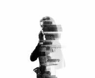 Portrait de femme tenant son smartphone dans mains Exposition horizontale, d'isolement, double, guerre biologique photo stock