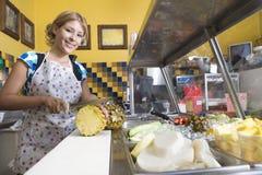 Portrait de femme travaillant dans le wagon-restaurant Images stock