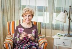 Portrait de femme tricotant un édredon de laine de vintage Photographie stock