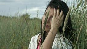 Portrait de femme de vacances sur la dune banque de vidéos