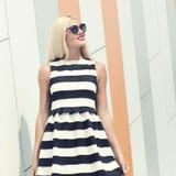 Portrait de fille à la mode de mode dans des lunettes de soleil Images libres de droits