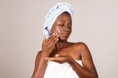 Portrait de fille africaine après douche photographie stock libre de droits