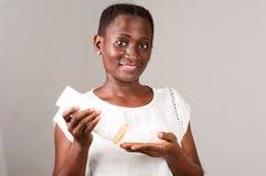 Portrait de fille africaine, souriant photographie stock