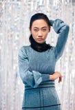 Portrait de fille asiatique dans la robe bleue, cheveux autour du cou Photographie stock