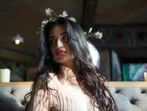 Portrait de fille attirante de brune avec de beaux cheveux se reposant ? l'int?rieur photos libres de droits