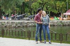 Portrait de fille attirante embrassant son ami Image libre de droits
