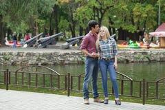 Portrait de fille attirante embrassant son ami Photographie stock libre de droits