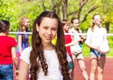 Portrait de fille avec des ados jouant le volleyball Photographie stock