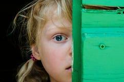 Portrait de fille avec le grand oeil bleu Image stock