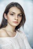 Portrait de fille avec les poils noirs Photographie stock