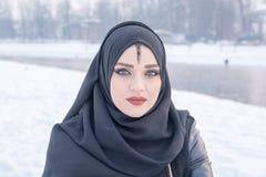 Portrait de fille avec les yeux bleus étonnants Image stock