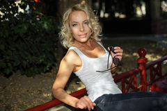 Portrait de fille blonde à la mode Photographie stock libre de droits