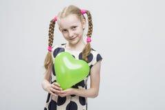 Portrait de fille blonde caucasienne drôle avec des tresses Photographie stock
