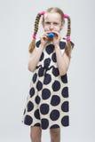 Portrait de fille blonde caucasienne drôle avec des tresses Images libres de droits