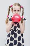 Portrait de fille blonde caucasienne drôle avec des tresses Photographie stock libre de droits