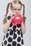 Portrait de fille blonde caucasienne drôle avec des tresses posant dans P Image libre de droits