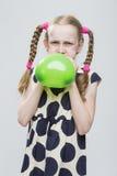 Portrait de fille blonde caucasienne drôle avec les tresses et le ballon à air Images libres de droits