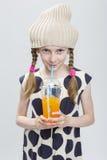 Portrait de fille caucasienne drôle avec des tresses posant dans le chapeau chaud Images stock