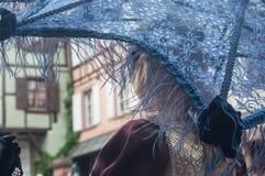 Portrait de fille Costumed avec le parapluie bleu au défilé vénitien dans Riquewihr en Alsace Photos stock