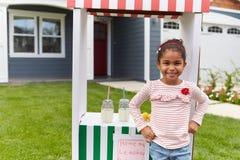 Portrait de fille courant le stand de limonade fait maison photo libre de droits