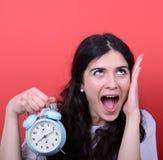 Portrait de fille criant tout en tenant l'horloge images libres de droits