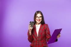 Portrait de fille d'étudiant de beauté avec la tasse de thé ou de café de la tasse de papier sur le fond bleu Image stock