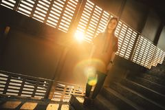 Portrait de fille d'adolescent au coucher du soleil photos libres de droits