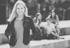Portrait de fille d'adolescent se tenant hormis des amis dehors Photos stock