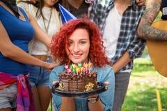 Portrait de fille d'anniversaire tenant le gâteau de chocolat Photo libre de droits