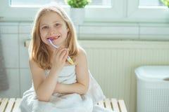 Portrait de fille d'enfant assez petit avec la serviette blanche après exposition Photos stock