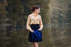 Portrait de fille dans des vêtements de vintage Photo libre de droits