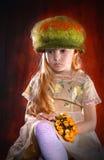 Portrait de fille dans le chapeau avec le bouquet des fleurs Images libres de droits