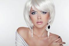 Portrait de fille de beauté avec le maquillage et les cheveux courts blancs montrant E photo stock
