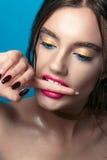 Portrait de fille de beauté avec le maquillage vif Fin de portrait de femme de mode sur le fond bleu Couleurs lumineuses La manuc image libre de droits