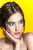 Portrait de fille de beauté avec le maquillage vif Fin de portrait de femme de mode sur le fond jaune Couleurs lumineuses La manu photo libre de droits