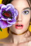 Portrait de fille de beauté avec le maquillage vif Fin de portrait de femme de mode sur le fond jaune Couleurs lumineuses La manu photo stock