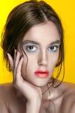 Portrait de fille de beauté avec le maquillage vif Fin de portrait de femme de mode sur le fond jaune Couleurs lumineuses La manu images stock
