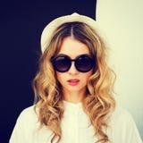 Portrait de fille de hippie de mode au mur de contraste photographie stock