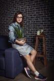 Portrait de fille de l'adolescence assez élégante Photo stock