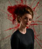 Portrait de fille de mode avec colorer les cheveux rouges Image libre de droits