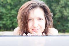 Portrait de fille de plan rapproché en nature Photographie stock libre de droits