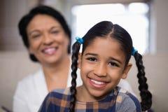 Portrait de fille de sourire avec la grand-mère à l'arrière-plan Photo libre de droits