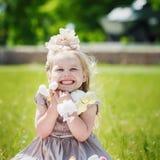 Portrait de fille de sourire tenant son jouet mou préféré dans le summe Photographie stock libre de droits
